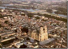 Cité aux milles visages, Orléans est une ville mélangeant centre historique datant du Moyen Age et modernité du XXIe siècle. Cité historique marquée par la personnalité de Jeanne d'Arc qui l'a libérée des anglais en 1429, les passionnés d'histoire vont se régaler dans cette ville qu'ils sont plus d'un million à visiter chaque année. - Organisez toutes vos vacances grâce à blog.dreamarent.com