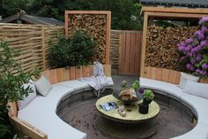Fijne ronde zithoek met nofruit kussens bij Eigen Huis & Tuin. Kussens zijn gemaakt van Cartenza Uni Canvas.
