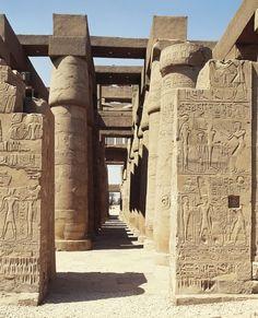 Sala hipóstila en el gran TEMPLO DE AMON RA en Karnak, Luxor.