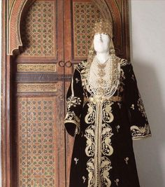 """Ancient Algerian caftan embroidered in technique """"mejboud"""" said """"caftan el qadi"""" or """"caftan judge"""" typical of Constantine, eastern Algeria. The caftan was formerly worn by judges in Algeria during Ottoman times to be later adopted by the Algerian townswomen. We thank the historians of the Afrika Musuem (Netherlands) to have our request required by fundamental research on the true origins of thi s purely Algerian caftan.قفطان جزائري محظ"""