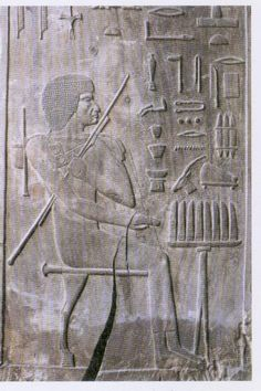 While many mastabas Tenan funeral offerings rooms decorated with wall reliefs, the senior official Hesyra makes decorating His with six wooden panels adapted to niches. These panels carry exquisite relief reliefs.  In the photograph the deceased seated extends the hand in the act of taking possession of the offerings (in this case long slices of bread, the others are related in the hieroglyphs);