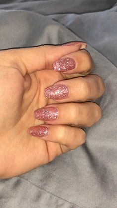 Cute Acrylic Nails 773141461015029087 - Rose gold gel polish acrylic short coffin nails Source by lolahibert Rose Gold Gel Polish, Gold Acrylic Nails, Rose Gold Nails, Silver Sparkle Nails, Glittery Nails, Gel Polish Colors, Summer Gel Nails, Short Gel Nails, Coffin Nails Short