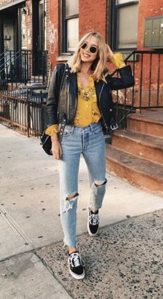 floral blouse + leather jacket + distressed jeans + vans old skool Blumenbluse + Lederjacke + Distressed Jeans + Vans alte Schule The post Blumenbluse + Lederjacke + Distressed Jeans + Vans alte Schule appeared first on Decoration and Outfits. Mode Outfits, Jean Outfits, Casual Outfits, Fashion Outfits, Yellow Outfits, Outfits With Mom Jeans, Yellow Jacket Outfit, Sneakers Fashion, Casual Attire