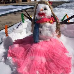 A family visiting us from Florida built this fancy snow-woman yesterday. We like her style. Photo by @heatherpphoto. #doyouwanttobuildasnowman #coloradofun