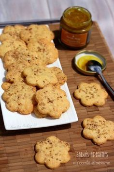 Aperitif shortbread with Comté and sesame - Amandine Cooking - - Brunch Appetizers, No Cook Appetizers, Brunch Recipes, Snack Recipes, Cooking Recipes, Mini Desserts, Christmas Food Ideas For Dinner, Sesame Recipes, Mini Sandwiches