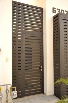 Façades that protect your home from insecurity - Decor Scan : The new way of thinking about your home and interior design Grill Door Design, Door Gate Design, House Gate Design, Fence Design, Entrance Gates, Entry Doors, Wrought Iron Gates, Steel Doors, Home Deco