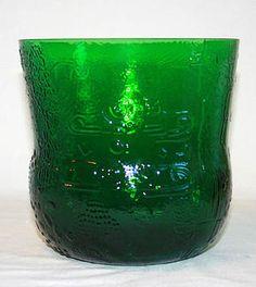 Tillverkare: Nuutajärvi  Formgivare: Oiva Toikka  Stor skål i serien Fauna i en härligt djup grönfärg, med sitt dekorativa mönster.    Höjd:18,5 cm ø 19 cm