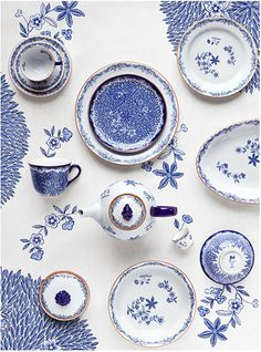 Loving the mix of delft with modern elements to create an eclectic but stylish table!