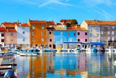 Novigrad, Croacia La costa croata es una costa donde cada cinco minutos vas a querer pararte. El punto de partida puede ser en la frontera con Eslovenia y finalizar el recorrido en Dubrovnik. Hasta allí una interminable lista de pueblos de cuento, islas paradisíacas y ciudades medievales están bañadas por el aturquesado Mar Adriático. Guía rápida: Novigrad, Zadar, Split, Plitvice, isla de Hvar, isla de Brac, isla de Pag.