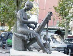 La Puntaire. Escultura d'Artur Aldomà de 1999 a la Rambla