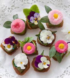 Eenvoudig gemaakt met oasis en leuke bloemetjes http://www.buiteninspiratie.nl/thuis/zelfmaken/bloemstukjes-met-smaak.html