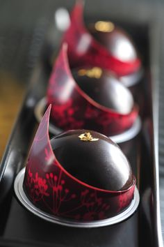 Products - Thomas Trillion - patisserie with passion - chocolate art! Love Chocolate, Chocolate Lovers, Chocolate Desserts, Chocolate Dome, Chocolate Decorations, Beaux Desserts, Fancy Desserts, Gourmet Desserts, Gourmet Foods