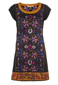 Losse tuniekjurk in zijdeachtige stof met Indisch geïnspireerde print met zwarte achtergrond.Korte mouwen. Opent met rits aan de linkerkant.Leuk om te combineren met een gekleurde panty. Lengte is 88 cm. Stof: Polyester