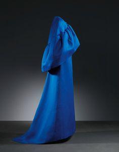 Cristobal Balenciaga, Robe de soirée en gazar de soie bleu indigo, 1965 Plus