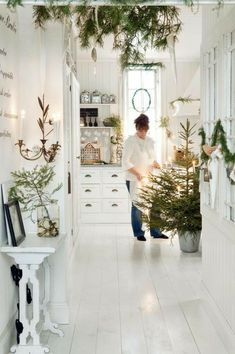 weihnachten wohnzimmer White Scandinavian Room Decorated For christmas Small Christmas Trees, Natural Christmas, Nordic Christmas, Noel Christmas, Simple Christmas, Winter Christmas, Scandinavian Christmas Decorations, Christmas Tables, Modern Christmas
