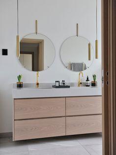 Det stilfulle huset i Trondheim er bygget opp rundt naturlige materialer Trondheim, Double Vanity, Mirror, Bathroom, Furniture, Home Decor, Washroom, Room Decor, Mirrors