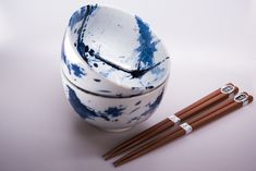 This bowl set is in same design like sushi set we posted last week - with splashes of blue colour on white background. We really like it, do you like it too? Sushi Plate, Sushi Set, Blue Dragonfly, Ceramic Materials, Photo Colour, Ceramic Bowls, Bowl Set, Flower Patterns, Color Splash