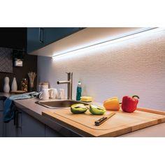 Ruban LED - kit 3 m - MaxLED 1000 - blanc chaud - Paulmann Ce ruban LED de 3 mètres puissance 34W est vendu en kit complet prêt à l'emploi avec câble d'alimentation, transformateur et fiche secteur. Le bandeau LED de 3 mètres de coloris gris argent est équipé d'un adhésif afin de faciliter le montage et offre une lumière d'ambiance blanc froid qui mettra en valeur vos étagères, commodes, escaliers ou contours de meuble.