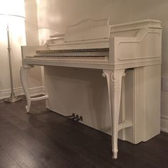 Old white Annie Sloan chalk painted piano Furniture Projects, Furniture Makeover, Diy Furniture, Diy Projects, Piano Living Rooms, Piano Room, White Chalk Paint, Annie Sloan Chalk Paint, Painted Pianos