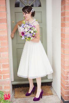 Leuke paarse details, let eens op de prachtige paarse #bruidsschoenen. Purple bridal bouquet. Photography by lifelinephotography.co.uk