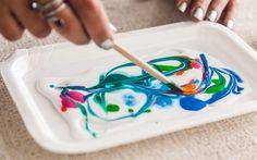 Com o palito de madeira, jogue um pouco de tinta sobre a cola líquida e misture, fazendo desenhos diferentes. Foto: Edu Cesar