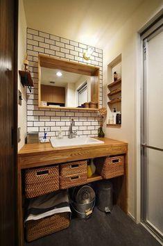 築15年の中古マンションリノベ、マンションリノベーション事例。木、アイアン、打ちっぱなし。素材感が映えるヴィンテージ空間。築15年の中古マンションリノベ。質感を感じられる素材を使うことと、空間の余白を生かすより細かな部分まで作り込んでいくデザインがご希望でした。床はラフな雰囲気のオーク無垢材、壁の板貼りはブラックチークの突板、天井はコンクリートの躯体を現しで、素材の質感の違いを楽しめる空間です。キッチンのカウンターは白いタイルで、まるでカフェのような雰囲気。カウンター上のアイアンの棚や、キッチン奥の収納棚など見せる収納もカフェらしさを演出しています。リビングは必要に応じて仕切ることができる引き込み戸にして、普段は広々としたリビング、来客時には個室にできるなど間取りの面でもお客様の希望を実現したお住まいが完成しました。