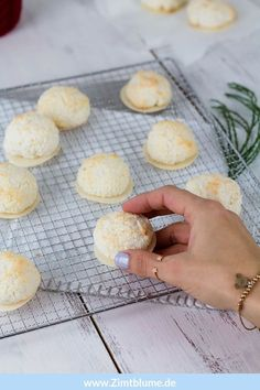 Do your coconut macaroons sometimes get too dry? I have the solution! Try coconut macaroons with quark and egg whites! Healthy Cookie Recipes, Oatmeal Cookie Recipes, Peanut Butter Cookie Recipe, Sugar Cookies Recipe, Banana Bread Recipes, Chocolate Chip Cookies, Chocolate Cookie Recipes, Healthy Chocolate, Cake Mix Cookies