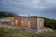 Le studio Jackson Clements Burrows Architects basé à Melbourne a conçu Moonlight Cabin, un petit abri qui surplombe l'océan, dans l'état de Victoria, en Australie.  Située sur une ligne de côte balayée par les vents, la construction est un lieu parfait pour se reposer et profiter du paysage. D'une superficie de 60m2, le bâtiment a pour but de contester les notions conventionnelles de ce qui est réellement nécessaire dans nos vies. Il est conçu pour être passif et écologique...