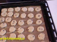 Biscuiti de casa cu fulgi de ovaz si stafide (reteta video) - Preparare etapa 3 Griddles, Griddle Pan, Biscuit, Food, Grill Pan, Essen, Meals, Crackers, Yemek