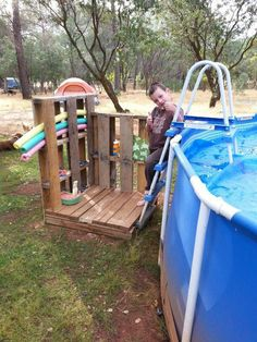 Repurposed pallets made a handy place to store pool toys and an arms reach towel rack. Elevate and add stairs for small deck. Above Ground Pool, In Ground Pools, Backyard Pool Landscaping, Backyard Ideas, Patio Ideas, Outdoor Ideas, Landscaping Ideas, Pallet Pool, Living Pool