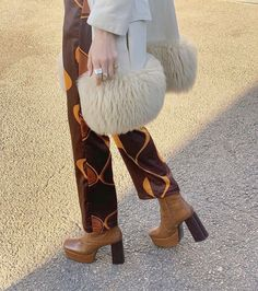 There is 1 tip to buy pants. 70s Inspired Fashion, 70s Fashion, Fashion Killa, Look Fashion, Winter Fashion, Fashion Outfits, Womens Fashion, Trendy Fashion, Fashion Shoes