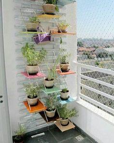 Bom dia! Linda hortinha vertical para varandas pequenas. Uma ótima inspiração para quem quer cultivar plantinhas e tem pouco espaço. Pinterest #blogmeuminiape #meuminiape #apartamentospequenos #inspiração #hortavertical #plantas #decoração