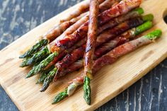 Impress dinner guests with this easy starter. The Prosciutto Wrapped Asparagus recipe from Eat Drink Paleo works well as finger foods to serve as appetizers at a dinner party or backyard barbecue. Holiday Appetizers, Yummy Appetizers, Appetizer Recipes, Christmas Party Appetisers, Vegetable Appetizers, Easter Appetizers, Recipes Dinner, Prosciutto Crudo, Prosciutto Wrapped Asparagus