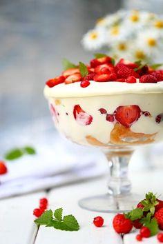 Pikainen mansikkakakku kulhoon - Suklaapossu Panna Cotta, Pudding, Treats, Ethnic Recipes, Desserts, Food, Sweet Like Candy, Tailgate Desserts, Dulce De Leche