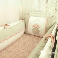 O Kit de berço Passarinhos é padrão americano e confeccionado em tecido 100% algodão. Composto de peças ricas em detalhes, bordados delicados e amarradores reforçados, garante o conforto e a segurança do seu bebê.