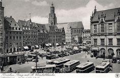 Zachodnia strona Rynku, ze stacją benzynową i mocno zapełnionym parkingiem na tzw. Placu Gołębim. Na pierwszym planie liczne autobusy.Lata 1932-1938