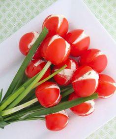 Tulpenstrauß aus Kirschtomaten, Schnittlauch und Käsecreme