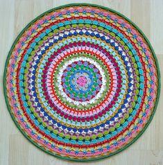 Sinds kort ben ik in de ban van het haken van mandala's ! Het begon met een pakketje wat ik kocht op een beurs in Rijswijk, met daarin een p... Crochet Mandela, Knit Crochet, Mandala Crochet, Kugel, Doilies, Handicraft, Crochet Projects, Crochet Patterns, Knitting