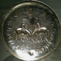 بشقاب نقره ی ساسانی با نقش دو اسب بالدار Silver plate - Sasanian - Pegasus Smithsonian Institution بشقاب با نقش دو اسب بالدار با حاشیه ای از برگ درختان جنس: نقره قدمت: دوره ی ساسانی محل نگهداری: موزه ی اسمیتسونیان