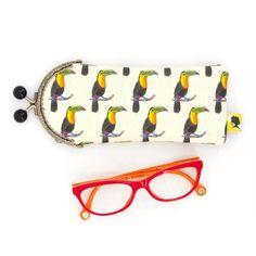 Etui lunette original, illustré de toucans, fait-main avec fermoir clip en métal, cadeau pour femme, pour la fete des meres, 8x19 cm Toucan, Fixation, Clip, Sunglasses Case, Etsy, Personalized Items, Crayons, Motifs, Parfait