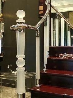 Акриловые перила красиво впишутся в любой стиль интерьера и украсят его. Крепеж нержавейка под серебро или золото. Ассортимент 55 видов от эконом до премиум класса. Stair Railing Design, Iron Stair Railing, Staircase Railings, Stairways, Stainless Steel Stair Railing, Grill Gate Design, Steel Stairs, Dream House Interior, Wooden Stairs
