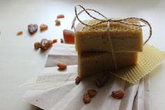 Медовое мыло с тонким ароматом лемонгасса//honey soap with the mild scent of lemongrass   Сварено на маслах оливы, кокоса, пальмовом и касторовом с добавлением пчелиного воска для кремовости пены и рапсового меда.  Ароматизировано эфирным маслом лемонграсса.