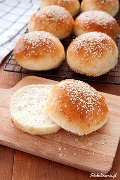 Idealne bułeczki hamburgerowe - mięciutkie, pachnące, lekko maślane, puszyste. Mają wyśmienity smak, a robi się je bardzo prosto. Najlepsze Hamburger Buns.