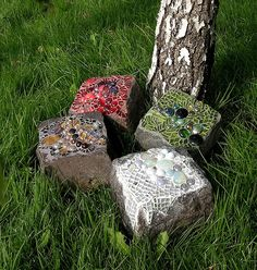 Recycling of old paving stones as garden decoration.I would love to have each kid that visits the farm make one of these while they're here.wouldn't THAT be special? Mosaic Crafts, Mosaic Projects, Mosaic Art, Mosaic Glass, Mosaic Tiles, Glass Art, Stained Glass, Diy Projects, Mosaic Rocks