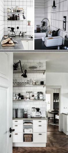 Witte keukens met zwarte accenten en een beetje hout.