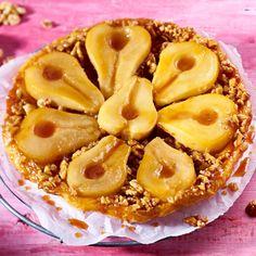 """lecker_magazinEine Hommage an die Demoisellen Tatin, denen eine Apfeltarte aus den Händen glitt und kopfüber auf der Fruchtseite landete. Wir würdigen ihre Zufallserfindung mit milder Birne und schnellem Blätterteig! Das Rezept für die Tarte Tatin """"Umwerfende Birne"""" findest du auf lecker.de/instagram (Link in Bio!)"""