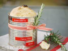 Das Tomaten-Rosmarin-Dosen-Brot ist nicht nur viel köstlicher als ein normales Baguette dank getrocknetet Tomaten und frischem gehackten Rosmarin, sondern sieht auch in der Dose, mit einem Geschenkband hübsch verziert, unheimlich gut aus. Praktisch ...