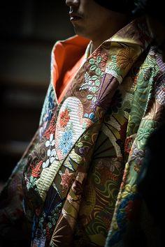Japanese Embroidery Kimono 林宗一郎, 能, 杜若, 2014 - 12 Japanese Textiles, Japanese Kimono, Japanese Fabric, Costumes Japan, Japanese Embroidery, Sashiko Embroidery, Embroidery Ideas, Embroidery Thread, Turning Japanese