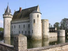 Château de Sully sur Loire - France Chateau Medieval, Medieval Castle, Castle Ruins, Castle House, Beautiful Castles, Beautiful Buildings, Loire Castles, Chateau Moyen Age, Château Fort