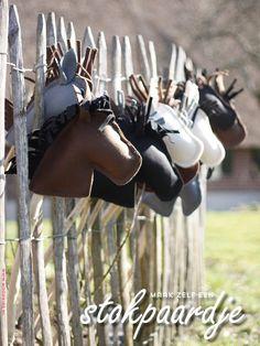 Voor het indianenfeestje van mijn dochter maakte ik voor alle genodigde indiaantjes een stokpaardje. Het werd een fijn feest. Tien kleine indiaantjes galloppeerden rond, de zon scheen en indianen kreten galmden door de achtertuin. Een enkel paardenhoofd viel van de stok, maar dat... #maikeloves